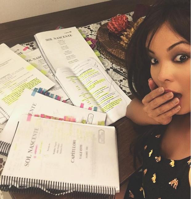 Carol Nakamura estudando o texto da novela Sol Nascente (Foto: Reprodução/Instagram)