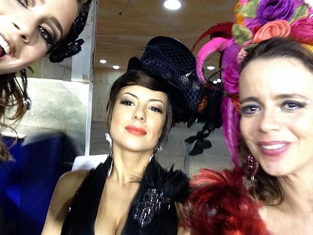 Leandra Leal, Andreia Horta e Dani Barros se divertem na hora do clique! (Foto: Gshow)