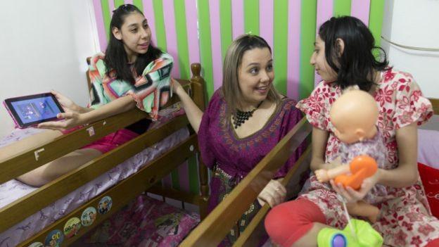 Amazonense dá dicas sobre estímulo de crianças com microcefalia para mães via WhatsApp (Foto: Bruno Kelly)