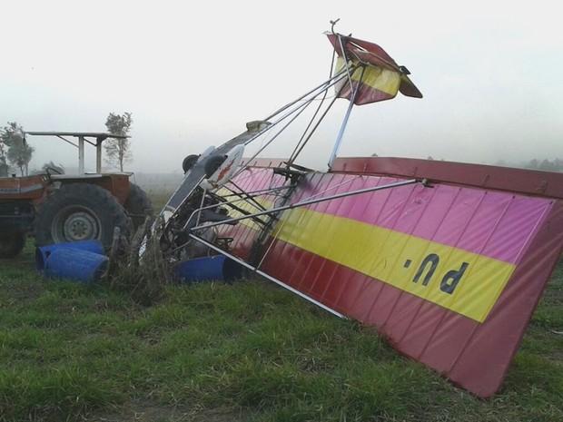 Ultraleve fez aterrissagem forçada no final da tarde deste domingo (31) em fazenda de Tremembé, no interior de São Paulo (Foto: Lucas Henrique Magalhães)