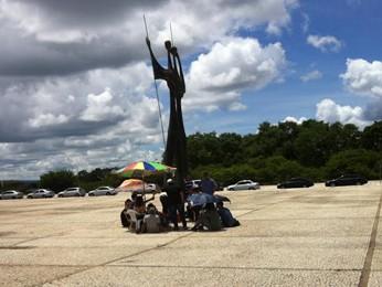 Divulgadores da Telexfree acompanham manifestante que faz greve de fome (Foto: Isabella Formiga/G1 DF)
