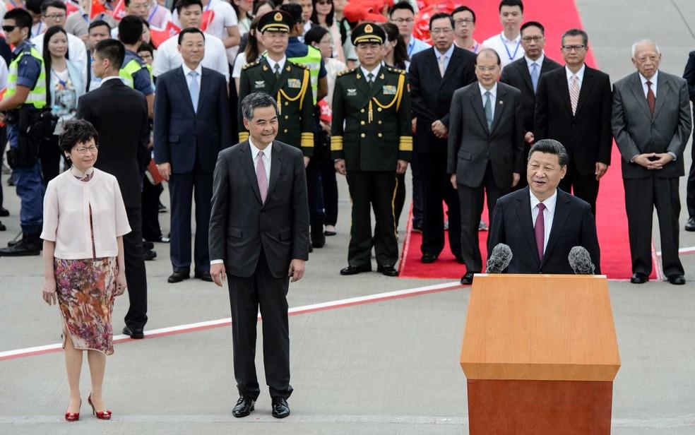 Presidente da China, Xi Jinping, discursa após desembarcar em Hong Kong  (Foto: Anthony Wallace / AFP Photo)
