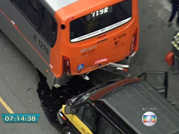 Van escolar ficou com a frente destruída após acidente (Foto: Reprodução/TV Globo)
