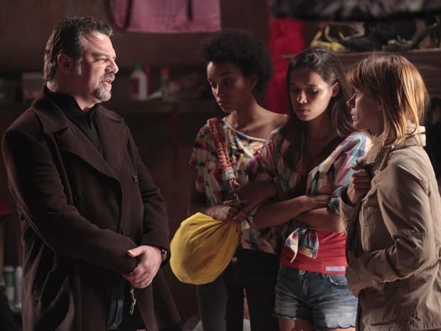 Russo põe Jéssica na linha e a garota aprende as regras do bordel (Foto: Divulgação/TV Globo)