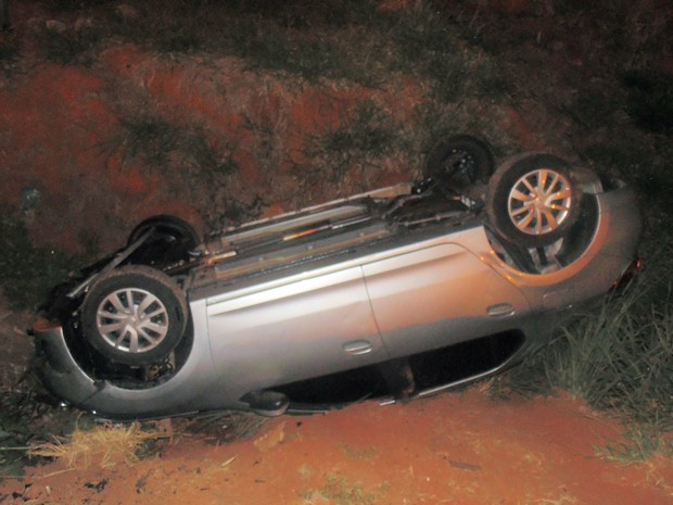 Motorista escapa sem ferimentos após capotar com carro na MG-167, em Três Pontas, MG (Foto: Equipe Positiva)