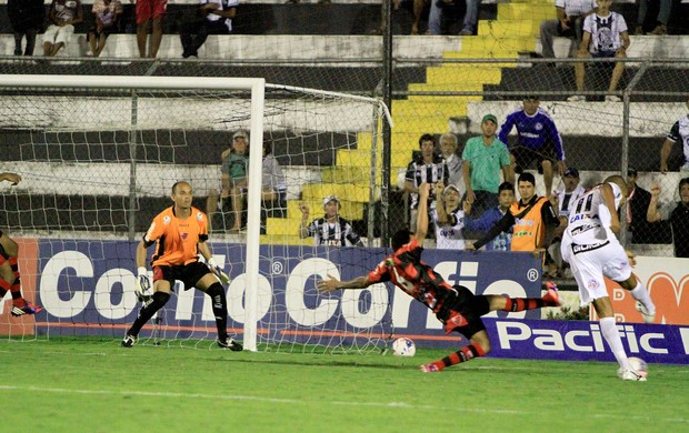 Elionar Bombinha em ação contra o Oeste (Foto: Ailton Cruz/ Gazeta de Alagoas)
