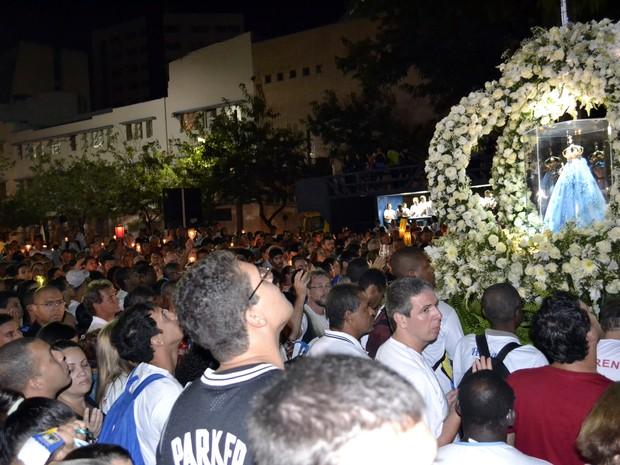 Romeiros admiram imagem de Nossa Senhora da Penha Festa da Penha Espírito Santo (Foto: Viviane Machado/ G1 ES)