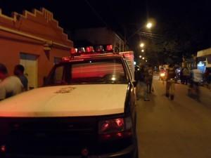 Corpo do rapaz foi recolhido e encaminhado ao Instituto Médico Legal (IML) (Foto: Luiz Sandes / VC no G1)