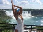Fernanda Lacerda posa decotada em ponto turístico no Canadá