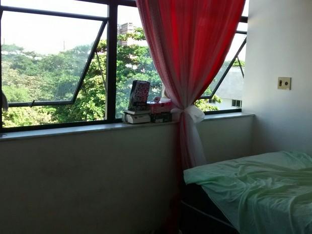 Cama de onde criança caiu fica próxima à janela do apartamento (Foto: Elias Bruno/G1)