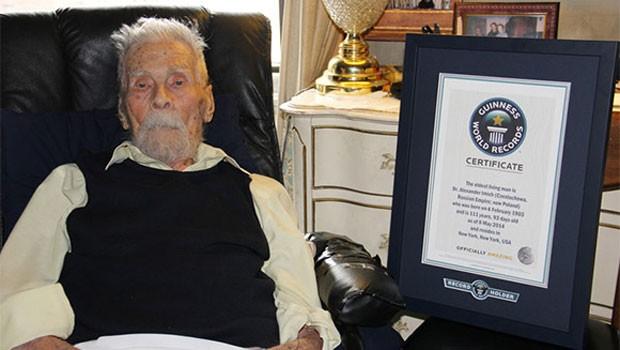 Alexander Imich ao ser reconhecido como o homem mais velho do mundo pelo Guiness Book (Foto: Reprodução/Guiness Book)