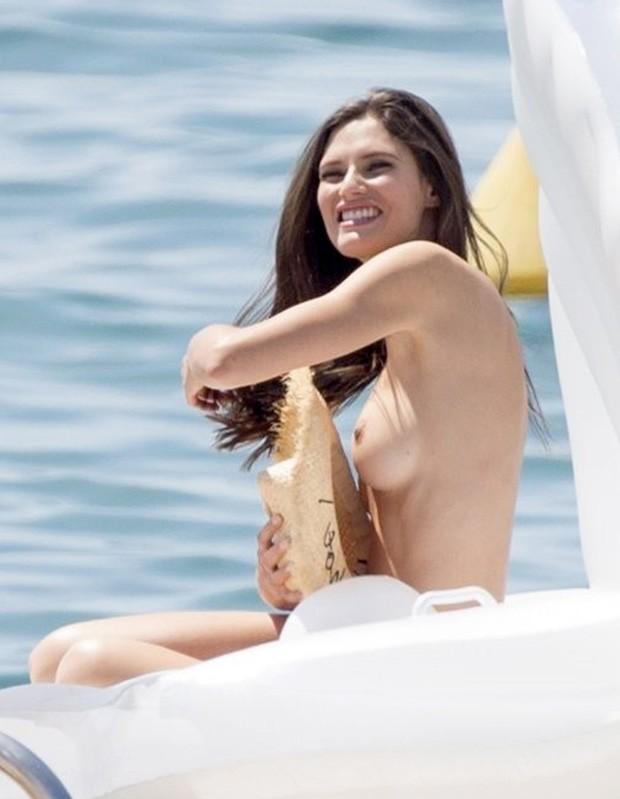 Bianca Balti faz topless (Foto: AKM-GSI)