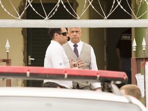 Dentro da casa de Joaquim, policias conversam e acertam detalhes sobre a reconstituição (Foto: Érico Andrade/G1)