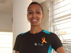 Portadora de esclerose múltipla, Carina Teixeira, fez fitas laranjas, cor que representa mundialmente a doença, para conscientizar as pessoas. (Foto: Fred Wanderley /L5 comunicação)