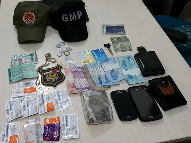 Maconha, cartões de créditos para celular e celulares foram apreendidos (Foto: Elias Júnior)