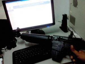 Jovem ameaçou esposa com uma arma de chumbinho em Divinópolis (Foto: Polícia Militar/Divulgação)
