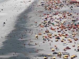 Praia do Atalaia tem faixa destinada para os carros, diz Segup (Foto: Tarso Sarraf / O Liberal)