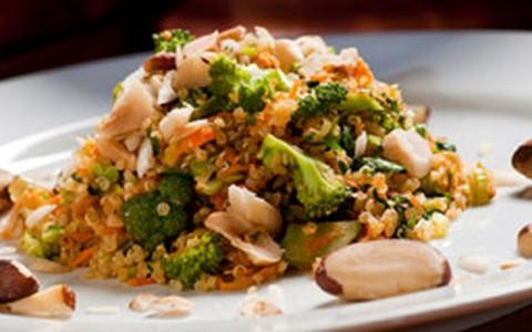 Salada de quinoa com brócolis e castanha-do-pará