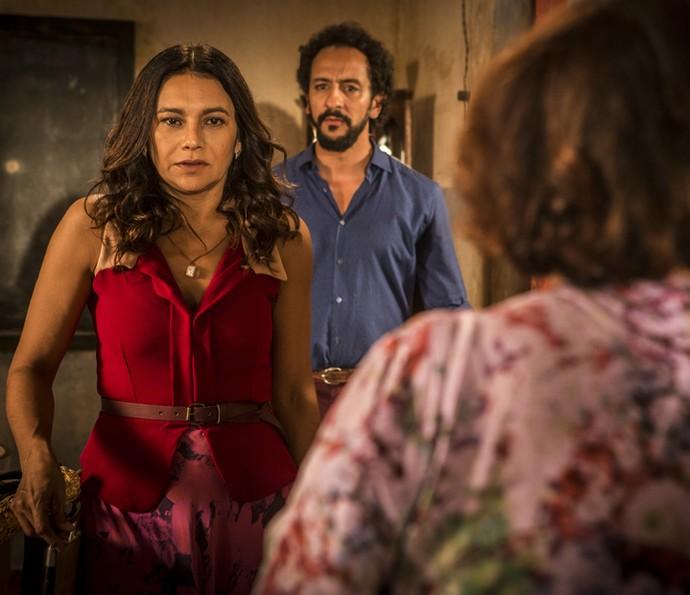 Beatriz chega desesperada para dar notícia (Foto: Inácio Moraes/ Gshow)