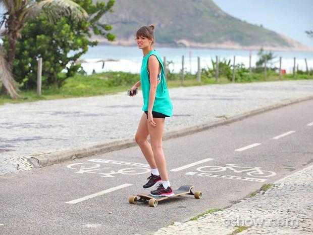 Agatha Moreira se arrisca no skate em orla carioca (Foto: Pedro Curi/ TV Globo)