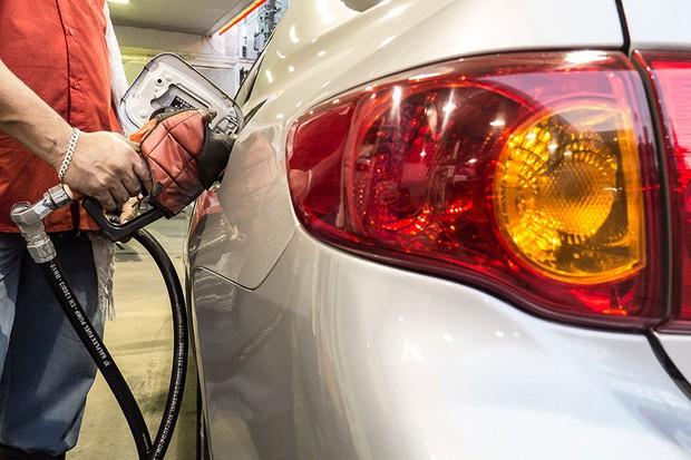 Abastecimento de combustível no posto de gasolina (Foto: Rafael Neddermeyer/Fotos Públicas)