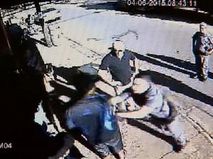 Imagens mostram PM agredindo duas pessoas em Barretos, SP (Foto: Reprodução/EPTV)