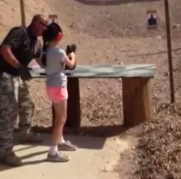 O instrutor Charlie Vacca aparece em um vídeo orientando a menina (Foto: Mohave County Sheriff/Divulgação)