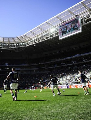 Jogadores do Palmeiras aquecem no gramado