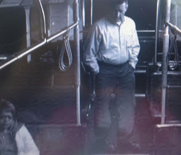 Motorista de ônibus urbano foi colocado em licença após ser flagrado fazendo sexo do lado de fora do veículo (Foto: Reprodução/Kiro TV)