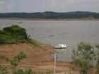 Ponte de ferro reaparece e moradores usam para pesca em Fama, MG