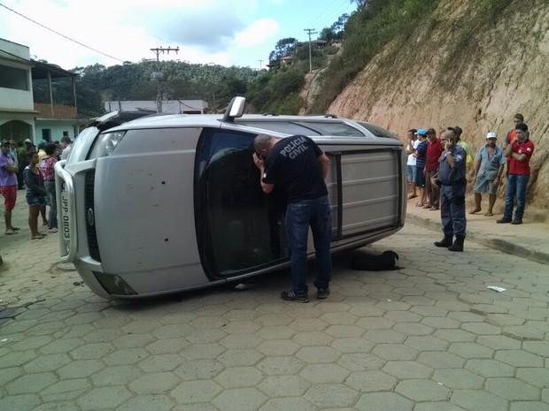 Carro atropela casal e capota em Santa Maria de Jetibá (Foto: André Falcão/ TV Gazeta)