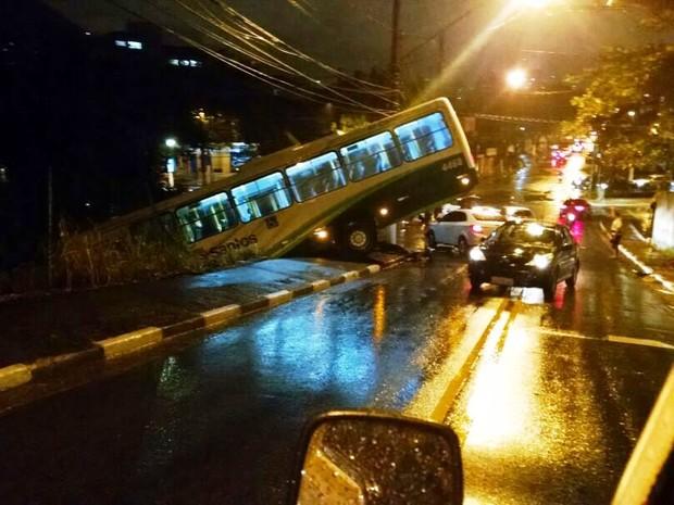 Ônibus ficou pendurado na descida do morro (Foto: G1)