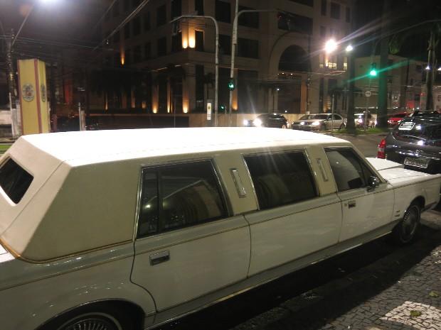 Limousine foi o veículo escolhido para trazer a noiva (Foto: Rodrigo Martins/ G1)