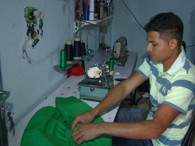 Aguinaldo já tentou ganhar dinheiro com costura e máquina de frangos (Foto: Reprodução/EPTV)