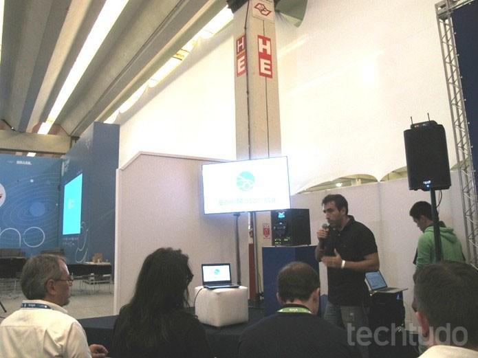 Daniel apresenta seu projeto para grupo de jurados (Foto: Laura Martins / TechTudo)
