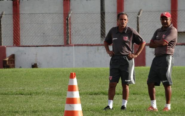 Roberval Davino, novo técnico do CRB, conversa com auxiliar Ivanildo (Foto: Henrique Pereira/ Globoesporte.com)