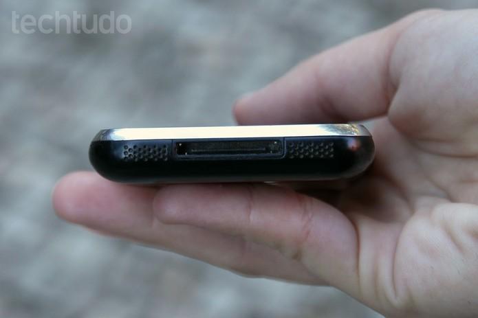 61b3521c1a6 Detalhe do conector e da saída de áudio do primeiro iPhone (Foto  Anna  Kellen
