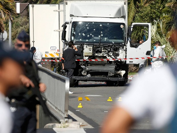 Forças de seguranças cercam área do ataque para a investigação em Nice, na França (Foto: Eric Gaillard/Reuters)