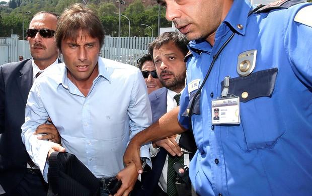 Antonio Conte técnico do Juventus é levado pela polícia (Foto: Reuters)
