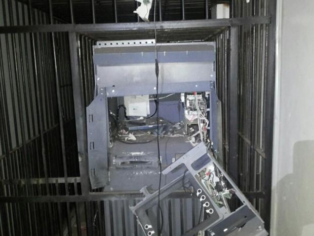 Posto bancário do Bradesco ficou completamente destruído após a explosão (Foto: Divulgação/Polícia Militar)