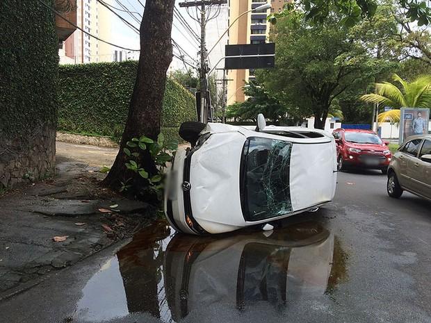 Jovem capota carro no Itaigara, em Salvador. Bahia (Foto: Georgina Maynart / TV Bahia)