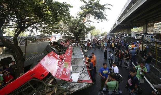 Ônibus cai de elevado nas Filipinas e mata 21 pessoas nesta segunda-feira (16). (Foto: Bullit Marquez/AP)