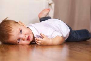 Criança chorando no chão (Foto: Shutterstock)