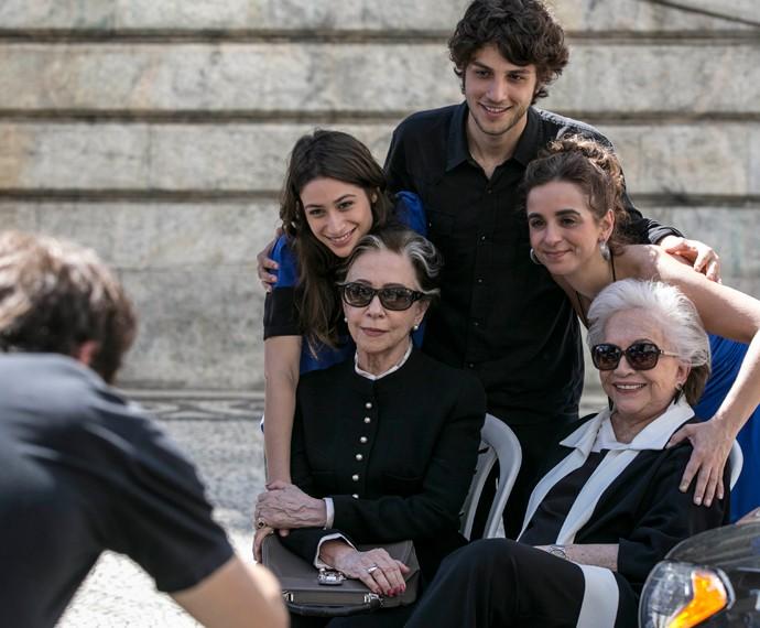 Diretora Maria de Médicis posa com os atores (Foto: Inácio Moraes/Gshow)