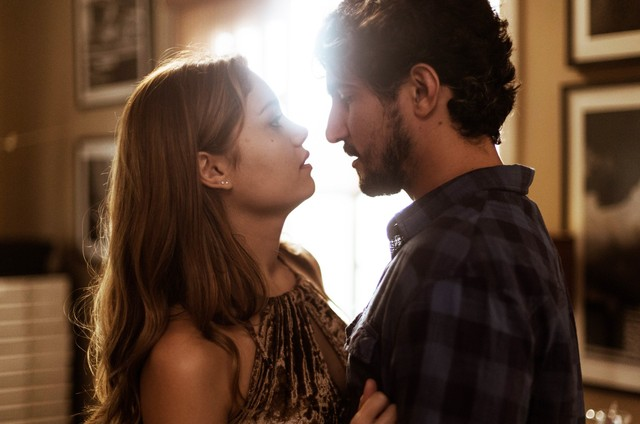 Renato Góes e Sophie Charlotte em 'Os dias eram assim' (Foto: Raphael Dias/Gshow)
