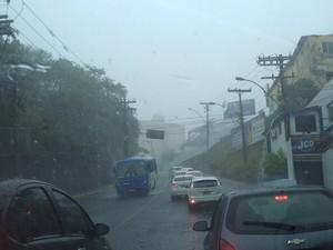 Motoristas devem ter cuidado ao trafegar nesta segunda por causa da chuva (Foto: Ruan Melo/G1)