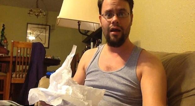 David Welch recebendo a notícia que será papai (Foto: Reprodução Youtube)