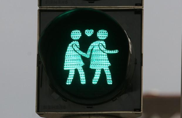 Imagem mostra casal de meninas no semáforo de Viena, nesta terça (12) (Foto: Ronald Zak/AP)