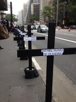 Cruzes na Avenida Paulista simbolizam vítimas de chacina ocorrida em Osasco e Barueri há um mês (Foto: Carolina Dantas/ G1)