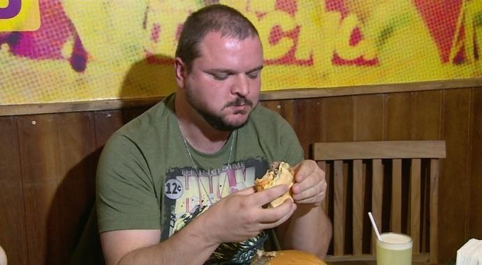 Empresário já devorou lanche de 1,5 kg em tempo recorde (Foto: Reprodução / TV Diário )
